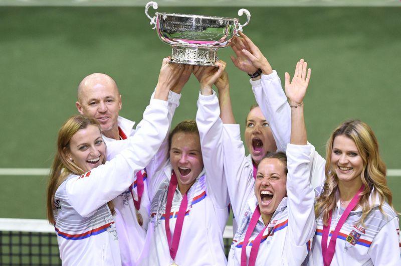 L'équipe féminine de République tchèque de tennis a de nouveau remporté la Fed Cup en battant en finale les Etats-Unis (3-0), de gauche : Petra Kvitová, Petr Pála, Kateřina Siniaková, Barbora Krejčíková, Barbora Strýcová, Lucie Šafářová, photo: ČTK/Kamaryt Michal