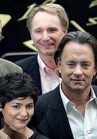 Audrey Tautou, Tom Hanks aautor Dan Brown (vzadu) při prezentaci filmu Šifra mistra Leonarda vLondýně, foto: ČTK