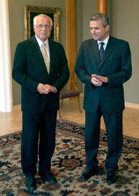 Prezident Václav Klaus (vlevo) snovým ministrem obrany Karlem Kühnlem, foto: ČTK
