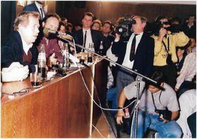 Властимил Ежек в роли ведущего беседы с Вацлавом Гавелом в день первой годовщины «бархатной» революции 1989 года, фото: личный архив В. Ежека, «Память народа»