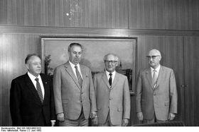 глава МВД ЧССР Яромир Обзина (второй слева) на встрече с генсеком Генеральный секретарь ЦК СЕПГ Эрихом Хонеккером, фото: Bundesarchiv, Bild 183-1983-0602-023 / CC-BY-SA 3.0