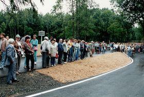 Bereits ab 8:30 Uhr morgens machten sich die Ersten auf den Weg über die Grenze. Bis in die Abendstunden riss der Strom an Besuchern nicht ab. Quelle: Archiv Stadt Waldsassen