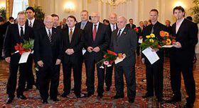 Zleva vyznamenaní: J. Holík, V. Růžička, K. Gutt, V. Martinec, T. Král, J. Hrdina, V. Zábrodský, G. Bubník, D. Hašek aJ. Jágr, uprostřed prezident Václav Klaus, foto: ČTK