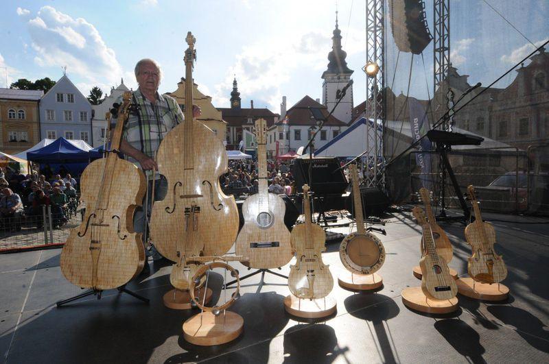 JIří Bečvář ajeho funkční hudební nástroje ze sirek, foto: Agentura Dobrý den