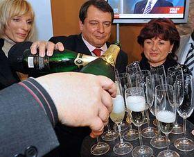 Jiří Paroubek smanželkou amístopředsedkyní ČSSD Janou Vaňhovou (vpravo) oslavuje úspěch ČSSD vsenátních volbách, foto: ČTK