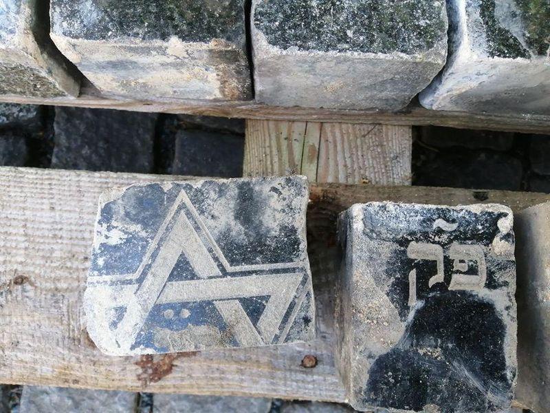 Камни, извлеченные из мостовой Праги, фото: Jewish Community of Prague / Židovská obec v Praze / Facebook