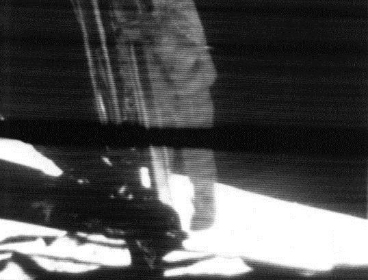 Neil Armstrong sestupuje po žebříku zlunárního modulu Eagle na povrch Měsíce, foto: NASA