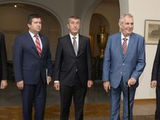 Lubomír Metnar, ministre de la défense, Jan Hamáček, ministre des Affaires étrangères, Andrej Babiš, Miloš Zeman et Radek Vondráček, photo: Kateřina Šulová/ČTK