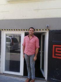 Fernando Echeverría a la entrada de su taller, foto: Ana Briceño