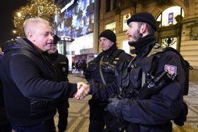 Milan Chovanec en entrevista con los policías en el centro de Praga, foto: ČTK