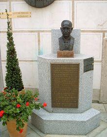 Busta Edvarda Beneše včeskokrumlovském hotelu Růže, foto: Martin Brynych, Spolek pro vojenská pietní místa