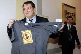 Jiri Paroubek avec le tee-shirt de la campagne contre le racisme, photo: CTK