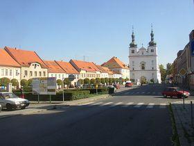 Náměstí vBřeznici, vzadu kostel sv. Františka Xaverského asv. Ignáce od Carla Luraga aMartina Luraga, foto: Wikipedia Commons / PD