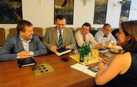 Petr Tluchoř, Petr Nečas, Alexandr Vondra (alle ODS), Karel Schwarzenberg (TOP 09) und Karolína Peake (Partei der Öffentlichen Angelegenheiten) verhandeln über die Regierung (Foto: ČTK)