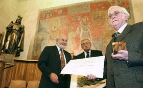 Йозеф Шкворецкий - направо (Фото: ЧТК)
