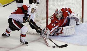 Ottawa Senators' Chris Kelly, Washington Capitals' Michal Neuvirth, photo: CTK