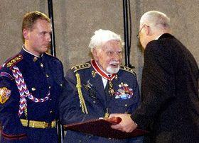 Václav Klaus vyznamenal Františka Fajtla (uprostřed), foto: ČTK
