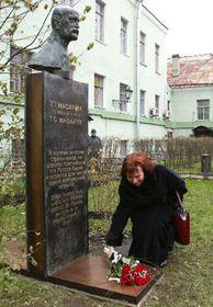 Ливия Клаусова у памятника Т. Г. Масарика в Санкт-Петербурге, фото: ЧТК