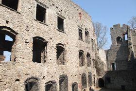 El castillo de Hukvaldy, o mejor dicho sus ruinas, se yergue sobre una colina y se ve desde lejos.