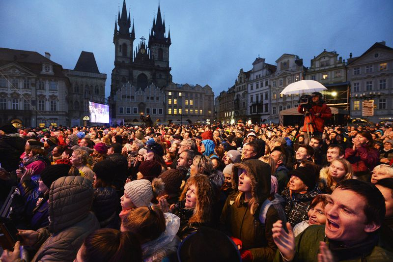 Le concert sur la place de la Vielle Ville où des artistes contemporains ont interprété certains des plus grands tubes du siècle dernier, photo: Michaela Říhová/ČTK