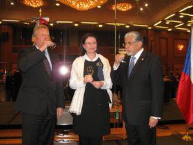 Jiří Besser, ministro de Cultura, Miroslava Němcová, presidenta de la Cámara de Diputados y embajador Bernal