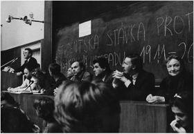Аудитория Философского факультета Карлова университета, студенческая забастовка, 20 ноября 1989 год, фото: личный архив Властимила Ежека, «Память народа»