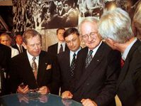 Václav Havel a Johannes Rau při zahájení výstavy o Samizdatu, Foto: ČTK