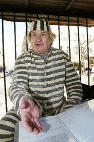 Иван Йироус в макете кубинской тюрьмы (Фото: ЧТК)