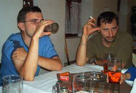 Мужчины в предвкушении будущей семейной жизни в неограниченных количествах поглощают дешевое чешское пиво