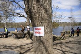 A sign on a tree saying Avoid congestion at the popular Hellasgarden recreational area in the outskirts of Stockholm, photo: ČTK/AP/Henrik Montgomery