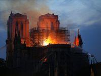 Notre-Dame en feu, photo: ČTK/AP/Michel Euler