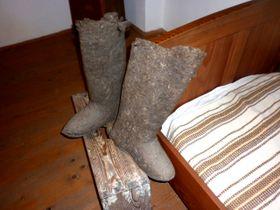 Parmi les objets qui attirent notre attention, une chope à bière énorme et des bottes authentiques que Hašek portait lorsqu'il était à la guerre en Russie. Photo: Zdeňka Kuchyňová